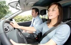 Обучение вождению: где лучше — с инструктором или в автошколе?