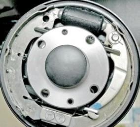 Замена тормозных колодок на передних и задних колесах
